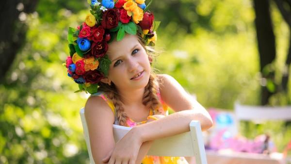милая девочка с цветами обои на рабочий стол