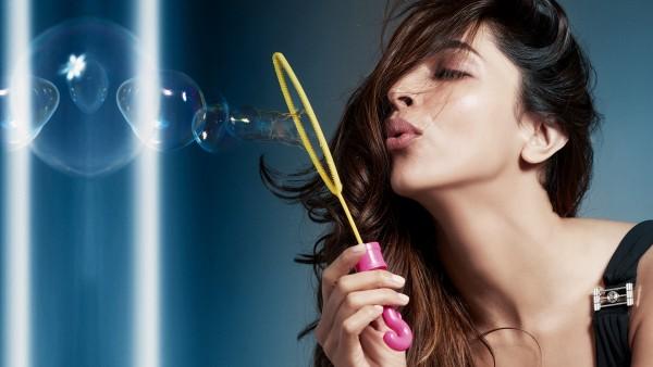 Дипика Падуконе с мыльными пузырями фото скачать бесплатно