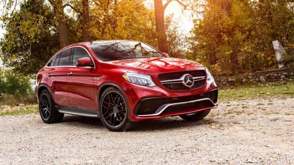 Красный внедорожник класса люкс Mercedes-Benz GLE-class