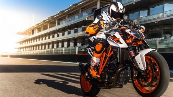 KTM 1290 Super Duke R байкер на мотоцикле обои фото