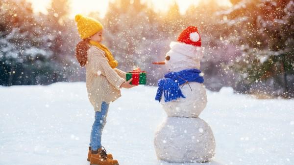 Ребенок, снег, дети, девочка, снеговик, зима, новый год, рождество, шапки, шарф, настроение, подарки, колпак, свитер, джинсы, праздник