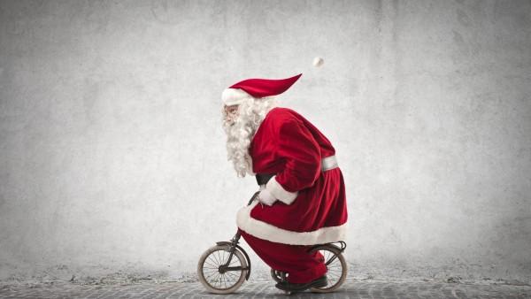 Санта Клаус, юмор, шуба, очки, Новый год, в красном, маленький, улица, шапка, униформа, тротуар, Дед Мороз, борода, велосипед, праздник