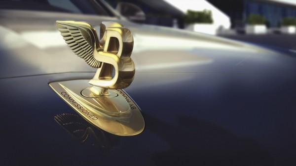 Логотип Бентли на копоте автомобиля обои HD