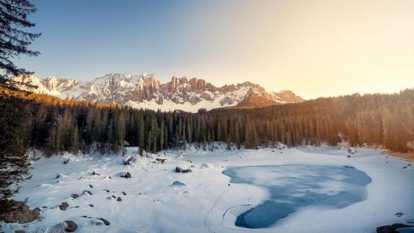 Замерзшее озеро Каэрзее в Италии обои HD