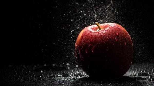 Красное яблоко, макро обои, капли, брызги, падающее яблоко 4K обои