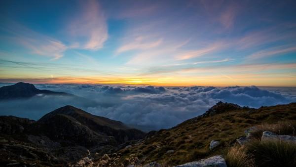 рассвет над облаками в горах
