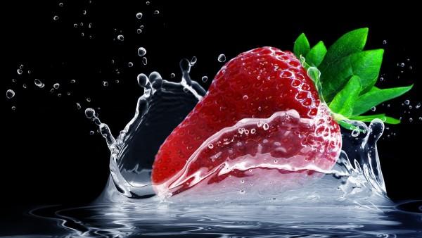 всплеск воды из клубники