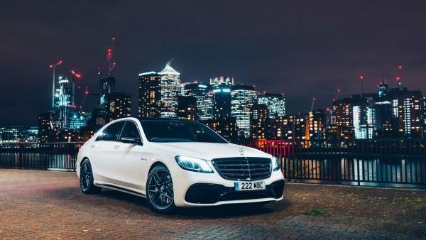 2017 Mercedes-AMG S63 4MATIC в ночном городе