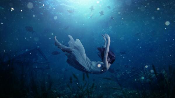 Девушка тонет в воде картинки 4K