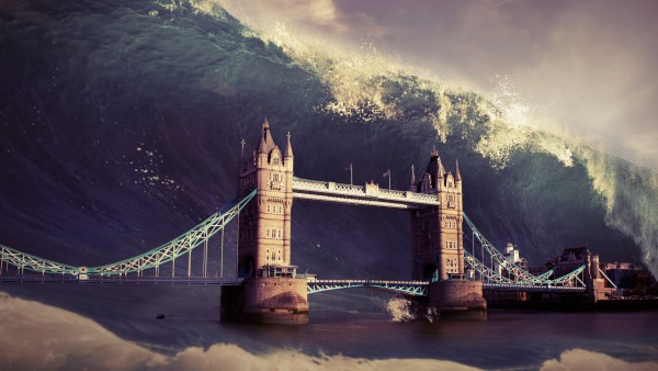Огромная волна на Тауэрский мост
