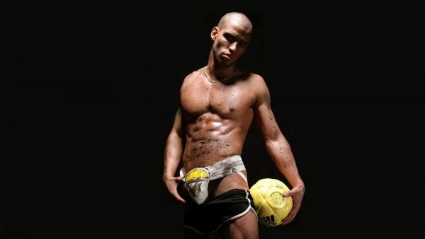 Обои лысого футболиста в шортах