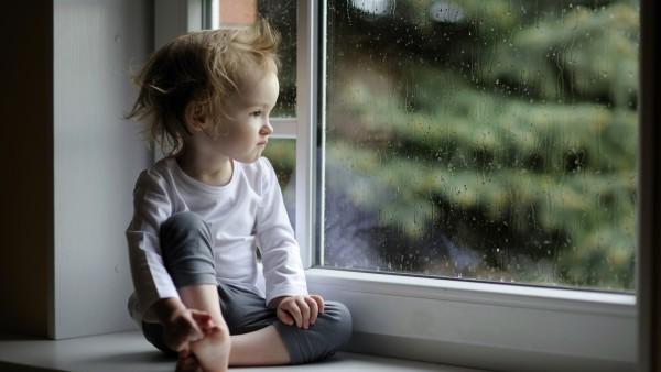 Обои маленькой девочки сидящей на окне