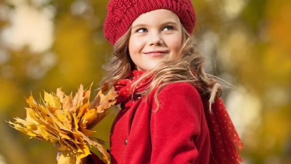 Девочка в красном пальто осенью