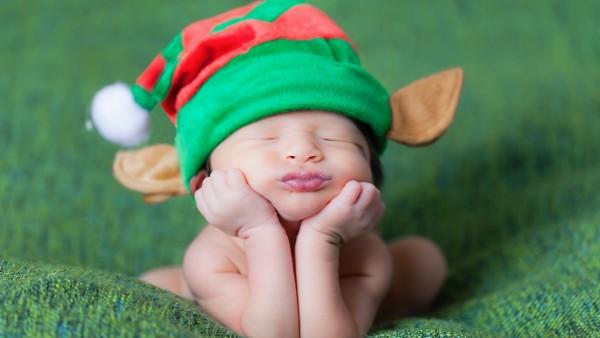 Спящий малыш в шапке эльфа, милый ребенок