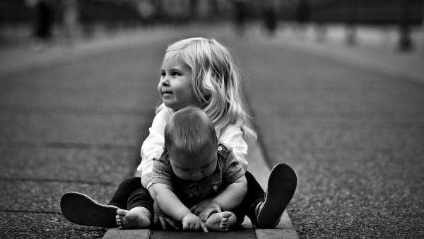 Черно белые обои двух малышей