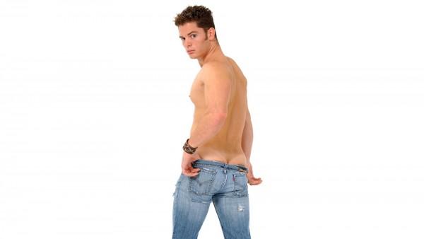 Обои молодого мужчины в узких джинсах