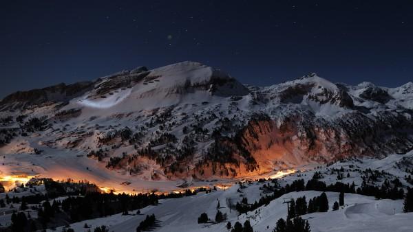 3d горы покрытые снегом в темную ночь обои