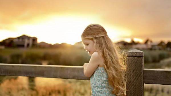 Девочка на пирсе на фоне заката солнца обои