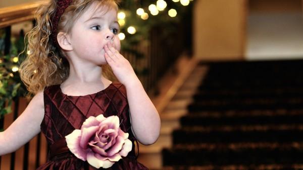 Кучерявая девочка в платье в цветочек картинки