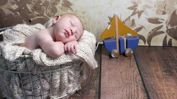 Младенец в корзине спит сладким сном обои