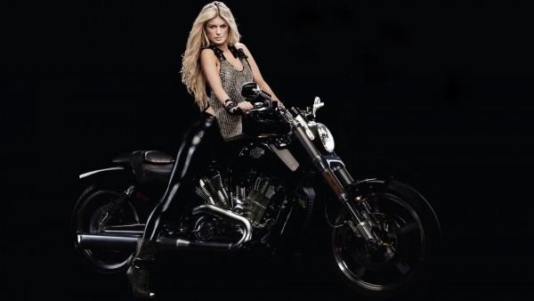 Красивая девушка на мотоцикле Harley Davidson