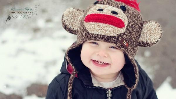 Смешной малыш с прикольной шапкой рисунок