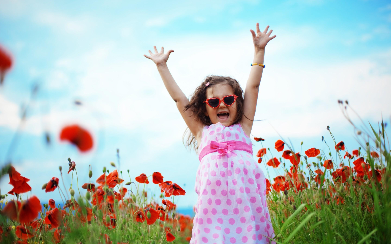 Девочка на маковом поле