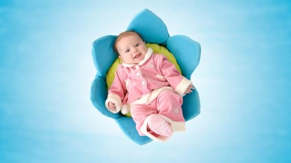 Малыш в цветке с красивой улыбкой картинки