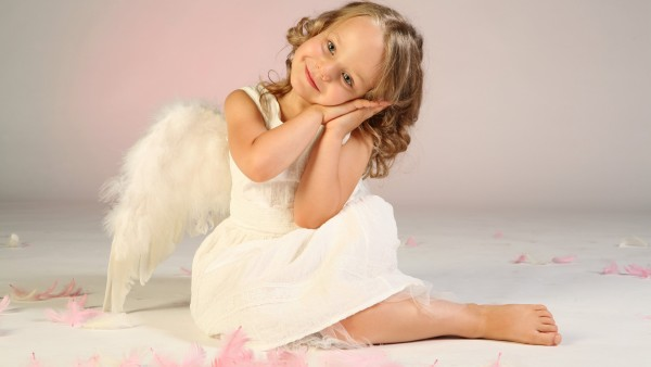 Маленькая девочка ангел с крыльями