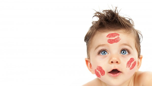 Счастливый малыш,  поцелуи помады на лице