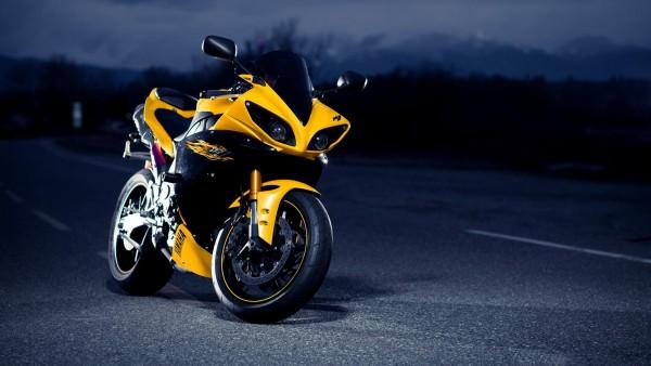 Обои желтого мотоцикла Ямаха Р1