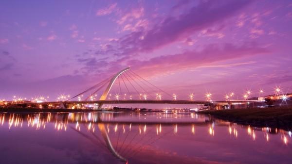 Красивый мост с большим количеством фонарей