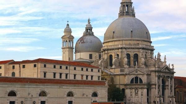 Красивый собор в виктореанском стиле