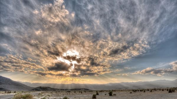 Небо с облаками в пустыне
