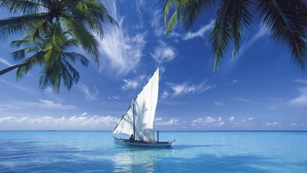 Кокосовые пальмы, синие облака, морской пейзаж, судно