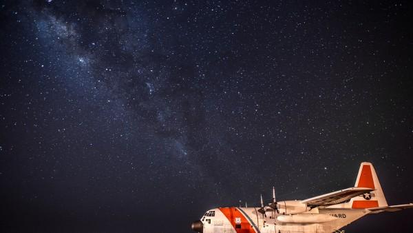 2560x1600, Грузовой самалет на фоне звездного неба