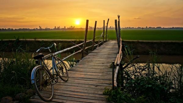 Мостик через канал на фоне заката и велосипеда картинки hd