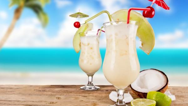 2560x1600, Два кокосовых коктейля на пляже