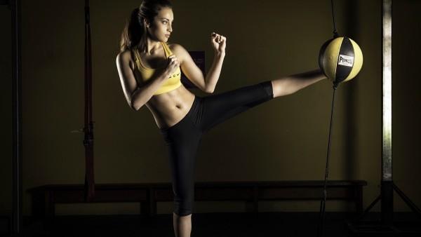 Девушка спортсменка с боксерской грушей