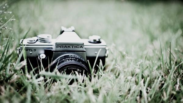 Старая фотокамера на траве картинки скачать