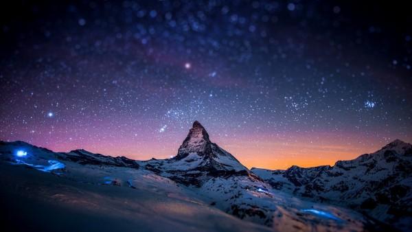 Горы под голубым звездным небом обои hd на рабочий стол
