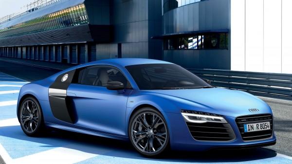 Роскошный синий Ауди Р8