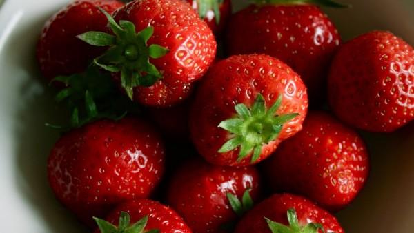 Мисочка вкуснейшей красной клубники
