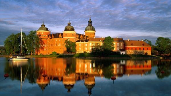 Замок на берегу озера обои