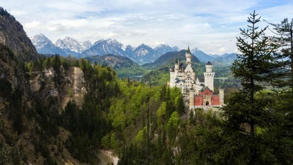 Баварский замок с башнями в горах