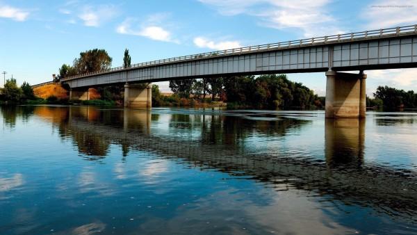 HD обои Спокойная река под мостом