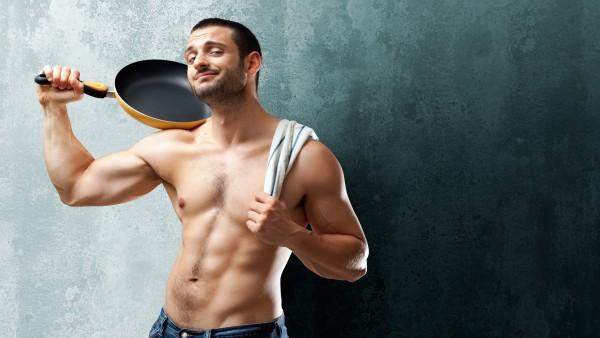 HD обои парня с накаченным голым торсом и сковородкой