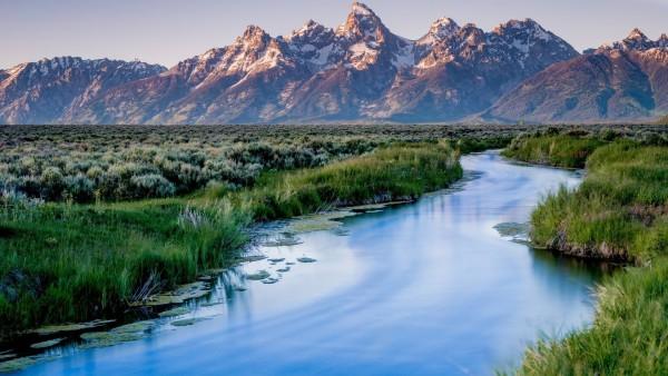 Широкоформатные обои с узкой рекой и горами