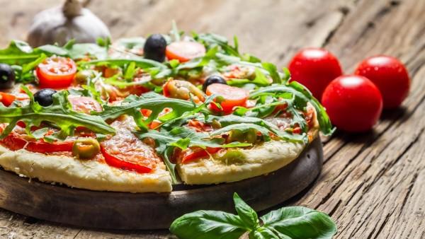 Пицца помидоры базилик оливки фоновые заставки скачать