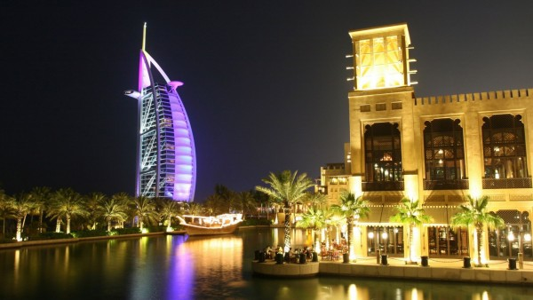 Картинка красивого, ночного города Дубаи